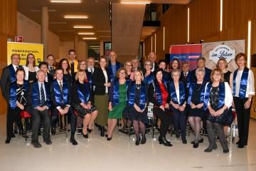 Senioren-Landesrätin Christiane Teschl-Hofmeister und Geschäftsführerin Ulrike Prommer (IMC FH Krems) mit den AbsolventInnen der SeniorenUNI 2020