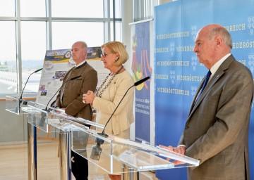 Bei der Pressekonferenz (von links): Bürgermeister Martin Bruckner, Landeshauptfrau Johanna Mikl-Leitner und Landeshauptmann a. D. Erwin Pröll.