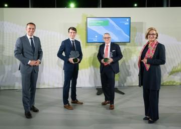 (Von links): Landesrat Jochen Danninger, die Preisträger Simon Gröblacher und Dietmar Georg sowie Landeshauptfrau Johanna Mikl-Leitner