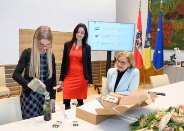 Landeshauptfrau Johanna Mikl-Leitner (r.) lädt Kinder und Jugendliche ein, sich mit der Welt der Wissenschaft zu beschäftigen.