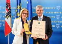 """Michael Spindelegger wurde mit dem """"Goldenen Komturkreuz mit dem Stern des Ehrenzeichens für Verdienste um das Bundesland Niederösterreich"""" ausgezeichnet."""