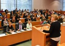 Landesrätin Mag. Barbara Schwarz bei der Eröffnung des Landesjugendredewettbewerbs.