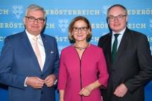 Landeshauptfrau Johanna Mikl-Leitner mit LH-Stellvertreter Stephan Pernkopf (r.) und Gemeindebund-Präsident Alfred Riedl (l.): Land und Gemeinden für eine saubere Energiezukunft.