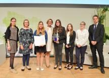 """Landeshauptfrau Johanna Mikl-Leitner (4.v.l.) mit den Gewinnerinnen des """"Science Fair""""-Wettbewerbs aus der NMS Raabs an der Thaya"""