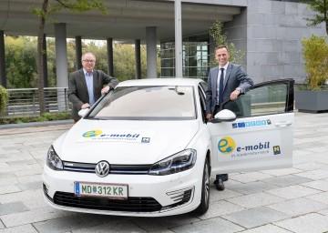 (v.l.) LH-Stv. Stephan Pernkopf und Wirtschaftslandesrat Jochen Danninger mit einem e-Fahrzeug aus der Flotte von ecoplus, der Wirtschaftsagentur des Landes Niederösterreich.