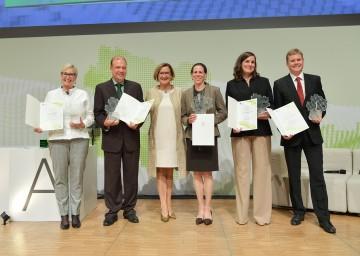 Den Anerkennungspreis überreichte Landeshauptfrau Johanna Mikl-Leitner (3.v.l.) an Doris Ribitsch und Georg Gübitz (Arbeitsgruppe Biomaterial & Enzyme Technology), Astrid Rosa Mach-Aigner, Celina Wawruschka und Lucian Beer. (v.l.n.r.)