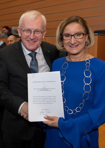 Verabschiedung von Landesbediensteten in den Ruhestand: Unter anderem wurde Ludwig Lutz, Leiter der Gruppe Wasser i. R., von Landeshauptfrau Johanna Mikl-Leitner in den Ruhestand verabschiedet.