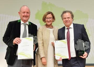 Landeshauptfrau Johanna Mikl-Leitner (Mitte) gratulierte den Würdigungspreisträgern Martin Wagner und Oliver Grau (v.l.n.r.)